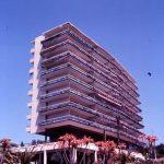 Uno de los bloques destinado a apartotel de la urbanización Eurosol, fotografía del Estudio Rafael de La-Hoz.