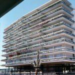 Fachada a los jardines comunitarios de uno de los bloques destinados a apartotel (2ª fase) de la urbanización Eurosol, fotografía del Estudio Rafael de La-Hoz.