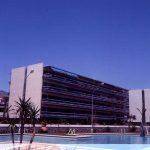 Uno de los bloques de apartamentos de la urbanización Eurosol desde la piscina comunitaria, fotografía del Estudio Rafael de La-Hoz.