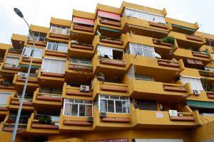 Detalle de la fachada a la avenida Isabel Manoja del conjunto San Enrique (autor: Igor Vera Vallejo).
