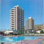 . Las torres Aloha desde la piscina comunitaria, fotografía del Estudio Lamela.