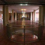 Facultad de Ingeniería en Telecomunicaciones de la UMA. Interior. Detalle de los huecos de intercomunicación vertical (foto Rodríguez Marín)