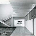 ca. 1961. Galerías sustentadas por unos pilares troncopiramidales típicos de la arquitectura de Fisac. Archivo Fundación Miguel Fisac.