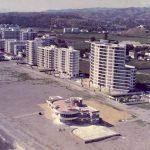 1967. Detalle:  los pilares troncopiramidales invertidos  que soportan el amplio voladizo curvo de la terraza inferior